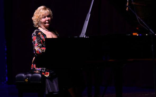 Mersin'de piyano gösterisi