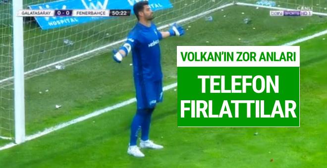 Volkan Demirel'e derbide telefon fırlattılar