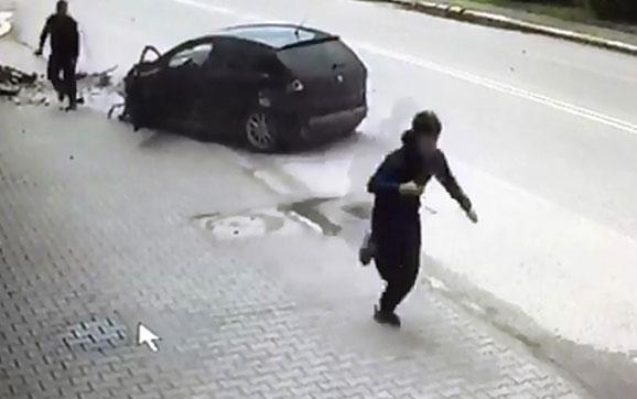 Aydınlatma direğine çarpınca otomobilden inip kaçtı