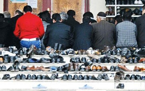 Camide ayakkabı çaldı kameralara fena yakalandı