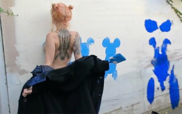 Çıplak vücuduyla duvarlara resim yapan sanatçısı