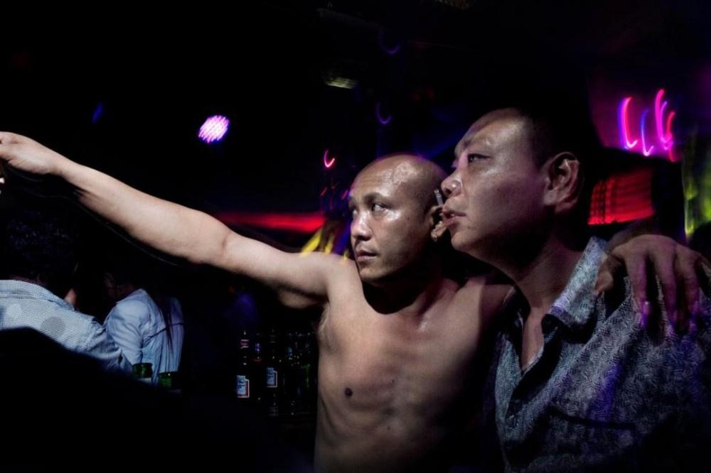 Çin'in karanlık yüzü: İş adamları için fuhuşa zorlanıyorlar!