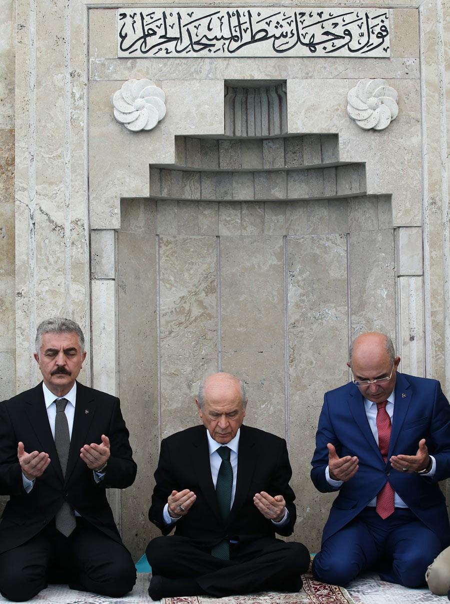 Devlet Bahçeli Ülkücü şehitler için namaz kıldı dua etti