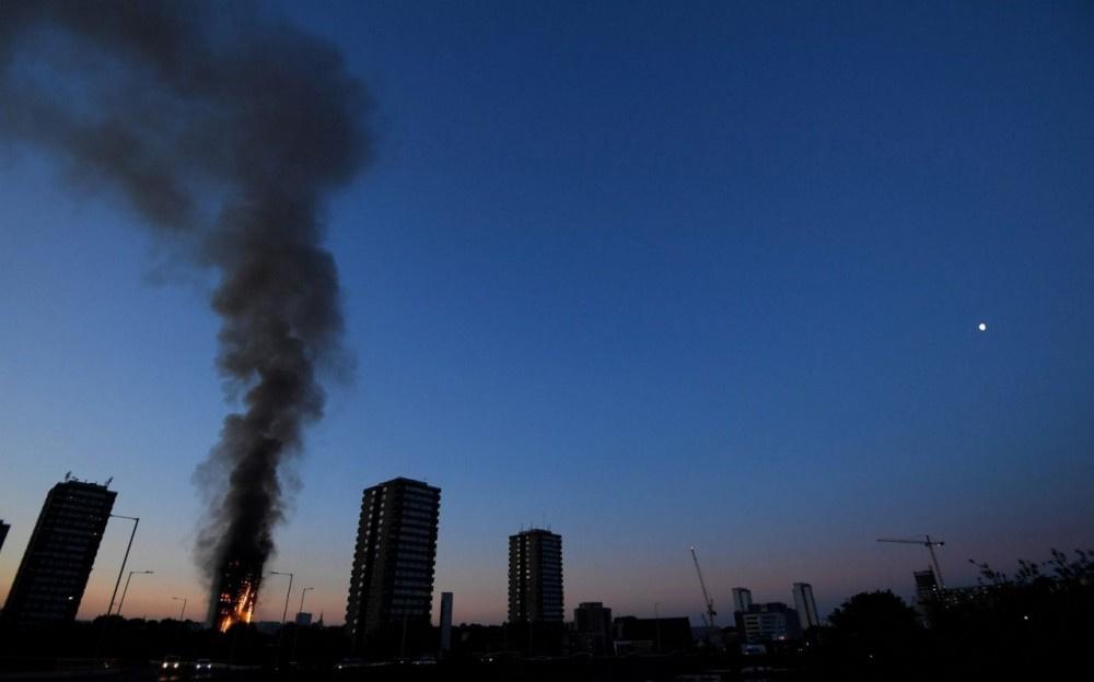 Londra'da korkunç yangın olay yerinden ilk görüntüler