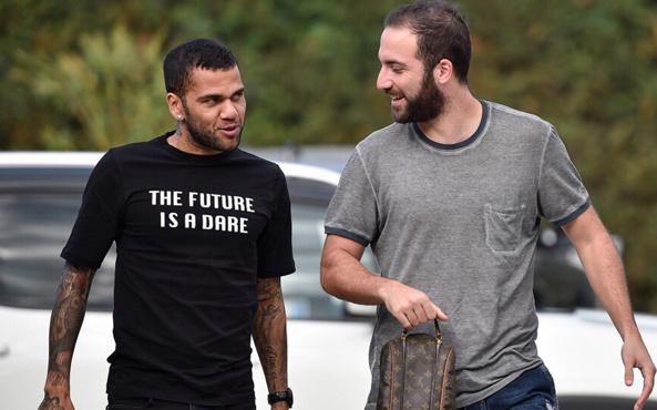 Dani Alves'in ayrılığını Higuain duyurdu