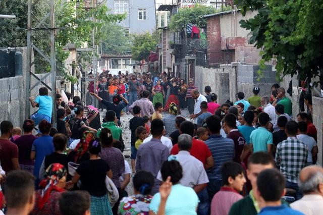 İki aile birbirine girdi: Ortalık savaş alanına döndü!
