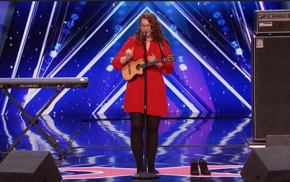 İşitme engelli kadından ayakta alkışlanacak performans