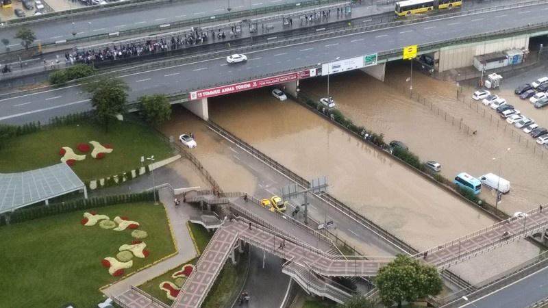 İstanbul'daki yağmurdan sıradışı acayip görüntüler var!