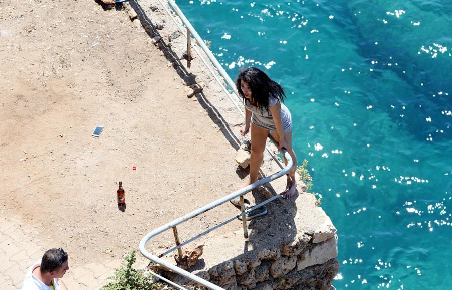 Denize atlayan genç kızı tişörtünden yakaladı ama tutamadı! Saniye saniye o anlar
