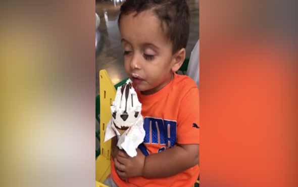 Uykusuna yenik düşen çocuğun dondurma yeme çabası...