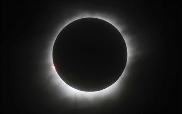Milyonlarca kişi bekliyordu: Güneş tutulması gerçekleşti!