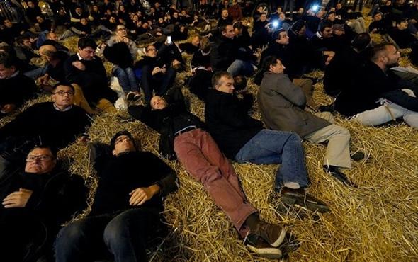 Fransız çiftçiler Şanzelize'yi samanlara boğdı