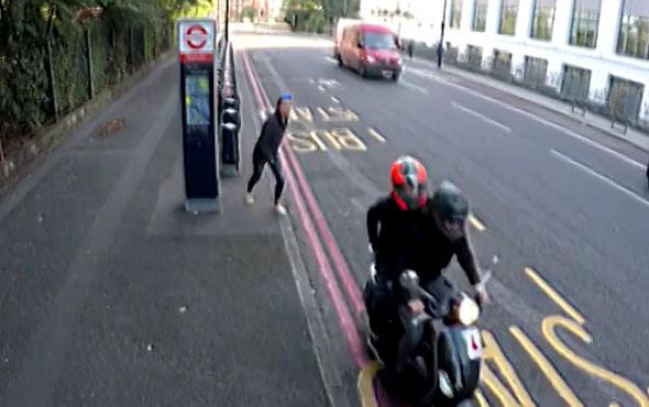 Ayak üstü cep telefonunu çaldıran kadın