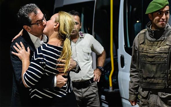 Kadri Gürsel ve eşi öpüşürken CHP'li Mahmut Tanal da...