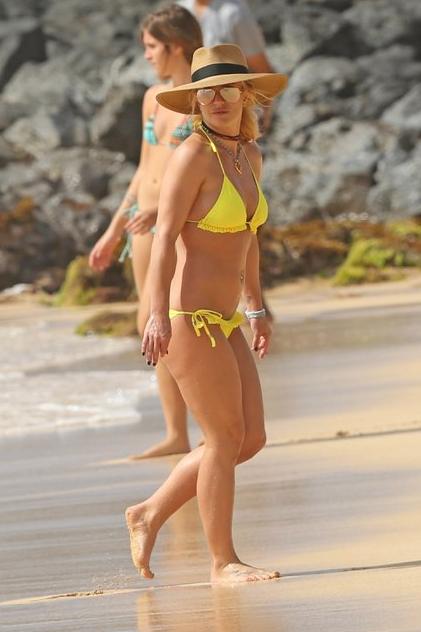 Sarı bikinisiyle gözleri şaşı etti! Dikkat çeken detay