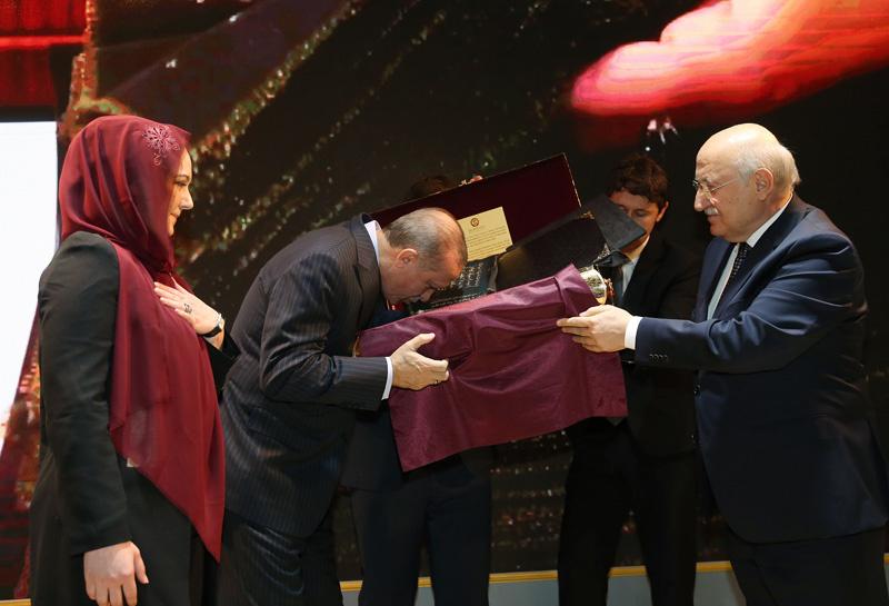 Erdoğan Azeri öğrencinin getirdiği Kur'an-ı görünce...