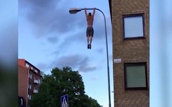 Elektrik direğinin tepesine tırmanıp barfiks çekti