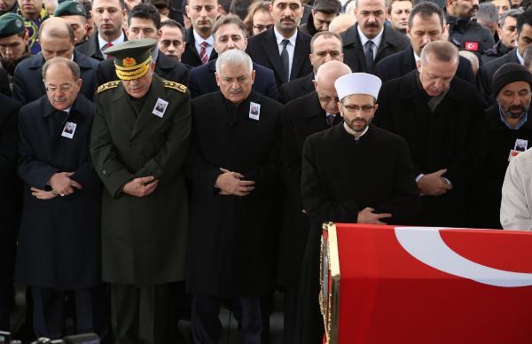 Türkiye'nin yüreğini yakan cenazede Erdoğan ağladı