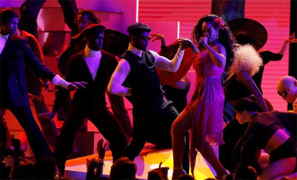 Şovuyla geceye damga vurdu! Rihanna'dan vahşi gösteri
