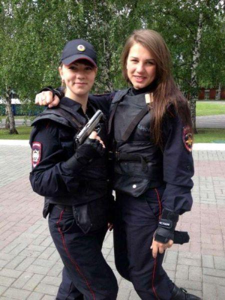 Rusya'nın ezberbozan polisleri! Sosyal medyayı salladılar