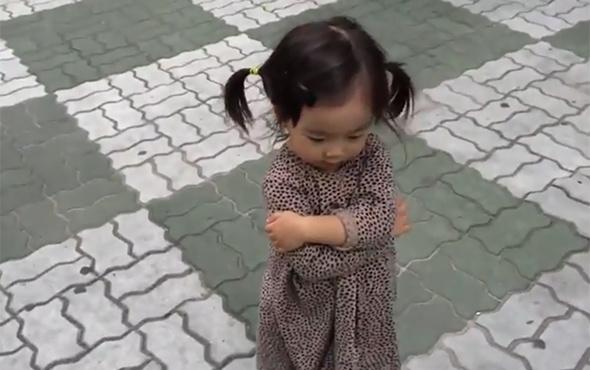 Babasına küsemeyen sevimli kız