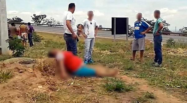 8 aylık hamile kadını ağaca bağlayıp karnını keserek bebeğini çaldılar