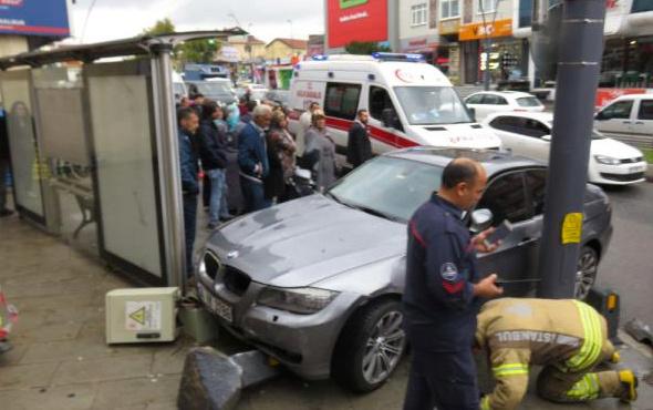 Üsküdar'da otomobil, otobüs durağına daldı: Yaralılar var