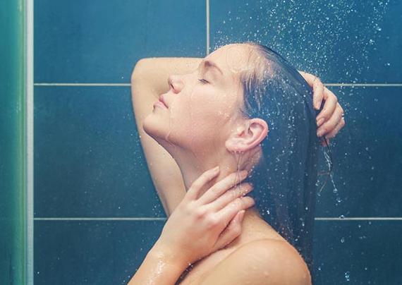 Duş alırken yapmamanız gereken 8 şey! Cildiniz zarar görüyor olabillir