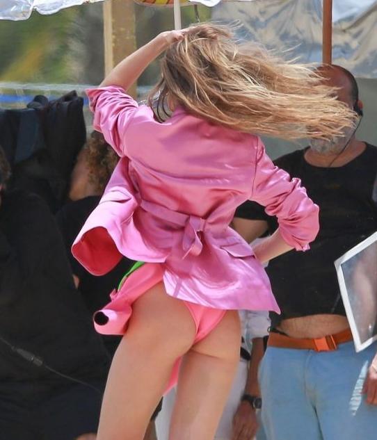 Gigi Hadid kameraların karşısına böyle geçti! Görenlerin ağzı açık kaldı