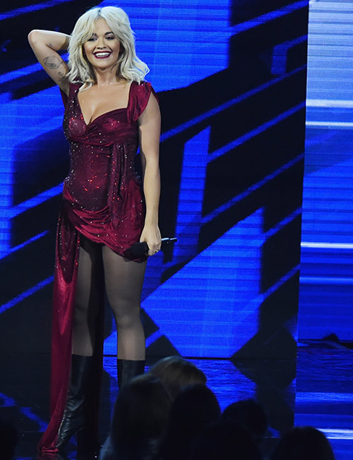 Rita Ora cesur sahne şovuyla Milano'yu birbirine kattı!