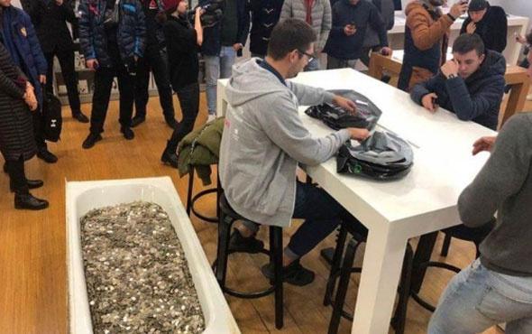 Küvet dolusu bozuk parayla iPhone satın aldı görenler şaşkına döndü
