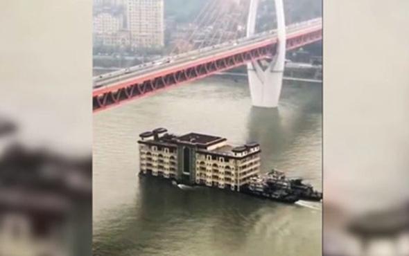Nehir üzerinde taşınan dev restoran görenleri şaşırttı