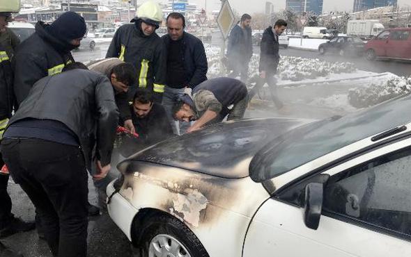 Kırmızı ışıkta beklerken alev alan otomobil yandı