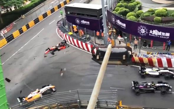 Korkunç kaza! Bariyerlerin dışına uçtu