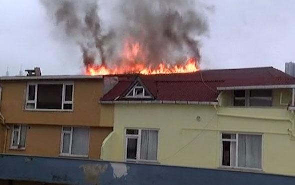 Şişli'de 9 katlı apartmanın çatısında kokutan yangın!