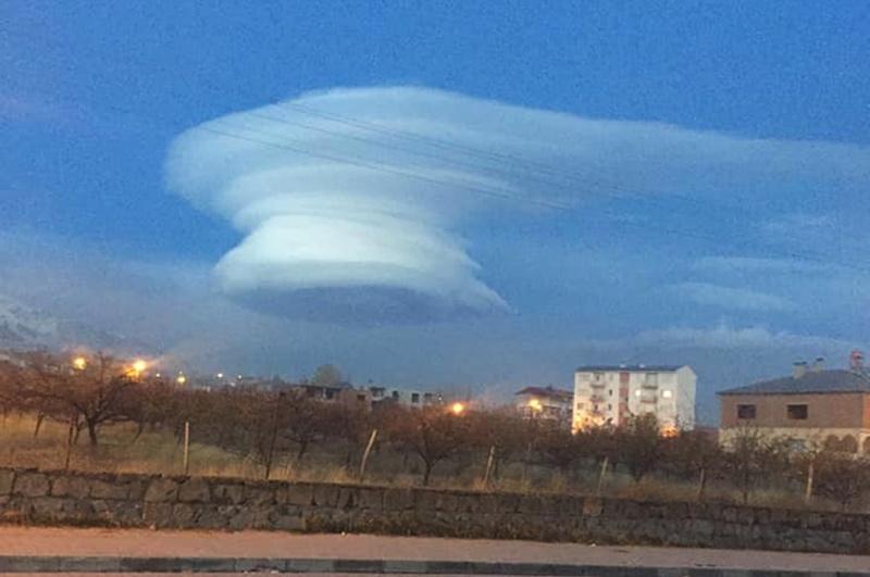 Bitlis'te gökyüzünde sıra dışı görüntü gören cep telefonuna kaydetti