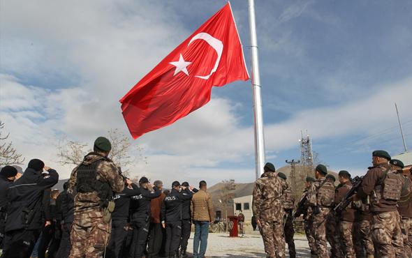 Hakkari'de dev Türk bayrağı göndere çekildi