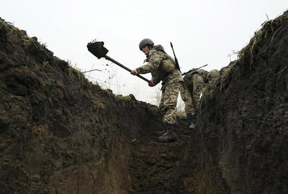 Savaşa 1 kilometre kaldı askerler siper kazıyor