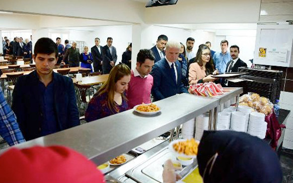 Gaziantep Valisi sıraya girip yemeğini aldı