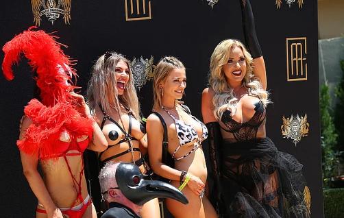 Çılgın parti için çıplak kadın heykeli diktirdi ülke birbirine girdi