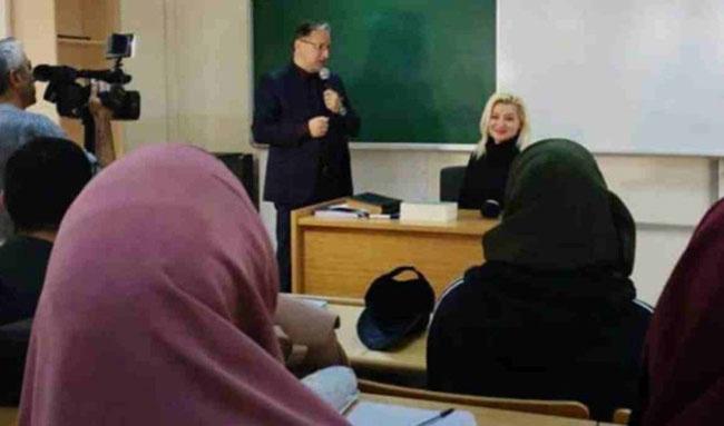 Show TV programcısı Zahide Yetiş İlahiyat Fakültesi'nde Hadis dersine girdi