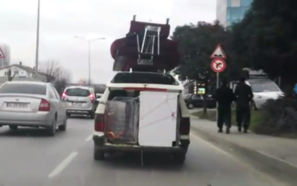 Trafikte aşırı yükü ile tehlike saçan otomobil kamerada