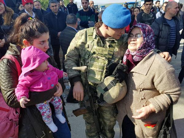 Kimi eline kına yaktı kimi bebeğine sarıldı yiğitler yola çıktı