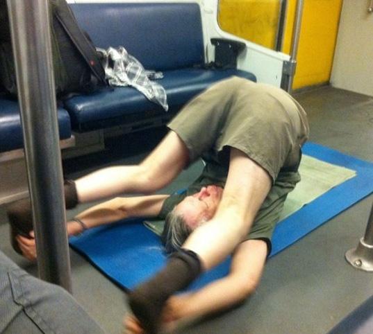 Metroya bu halde bindi ama sonra soyunmaya başlayınca...