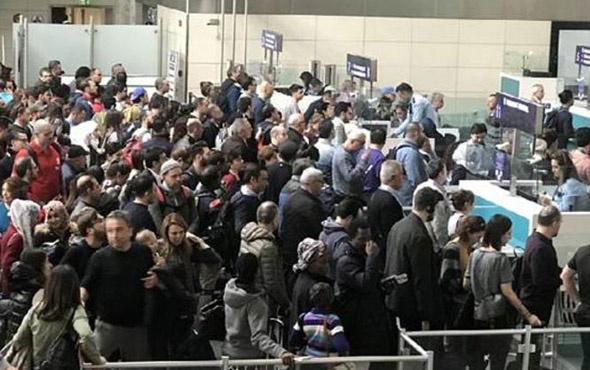 Atatürk Havalimanı ana baba günü... Kuyruklar uzadıkça uzadı