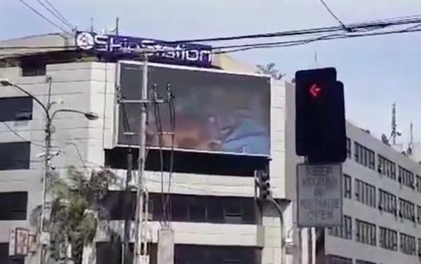 Böyle skandal görülmedi! Reklam panosunda porno oynayınca...