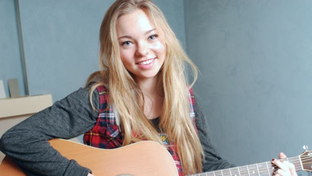 Music lover actress Taylor Hickson with guitar