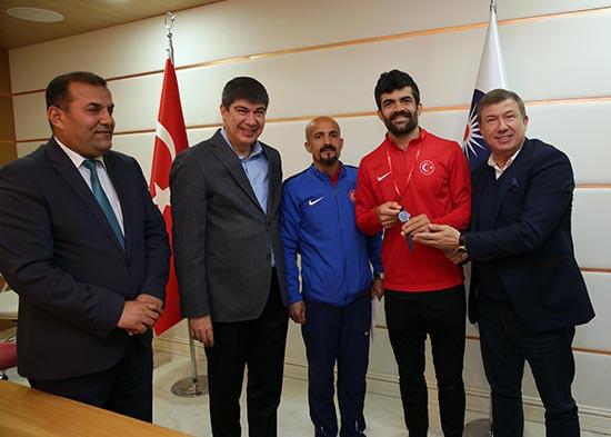 İşitme Engelli Milli Atletler Türel'i ziyaret etti