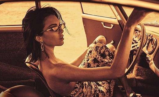 Kendall Jenner üstünü giymeyi unutmuş! Transparan elbisesi olay oldu
