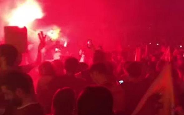 Şampiyonluğun ardından Galatasaray taraftarları sokaklara döküldü
